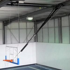 Tablero baloncesto fijado a techo
